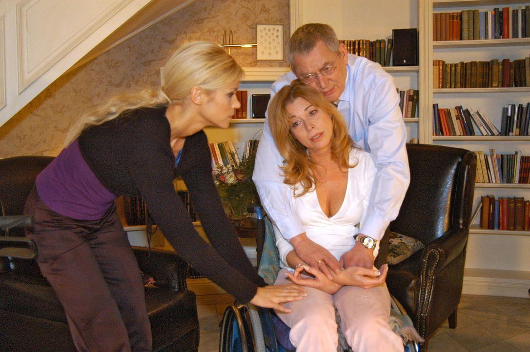 Sabrina (Nina-Friederike Gnädig, l.) und Friedrich (Wilhelm Manske, r.) versuchen Laura (Olivia Pascal, M.) bei ihrer Laufübung zu motivieren. - Bildquelle: Monika Schürle Sat.1