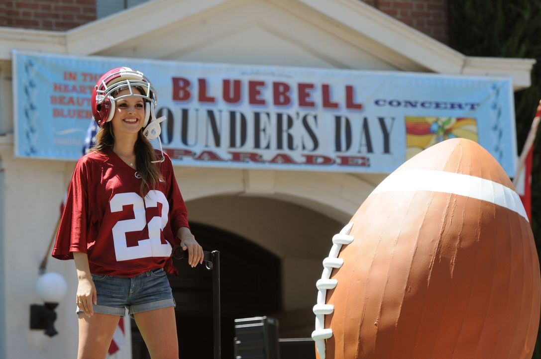 Die Entscheidung, die Zoe Hart (Rachel Bilson) während der Parade trifft, macht sie bei den Alteingesessenen sogar noch unbeliebter ... - Bildquelle: Warner Bros.