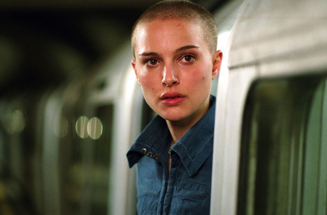 Evey (Natalie Portman) lässt sich von ihrem maskierten Retter für einen erbarmungslosen Kreuzzug gegen das autoritäre Regime ihres Landes gewinnen.... - Bildquelle: Warner Bros. Pictures
