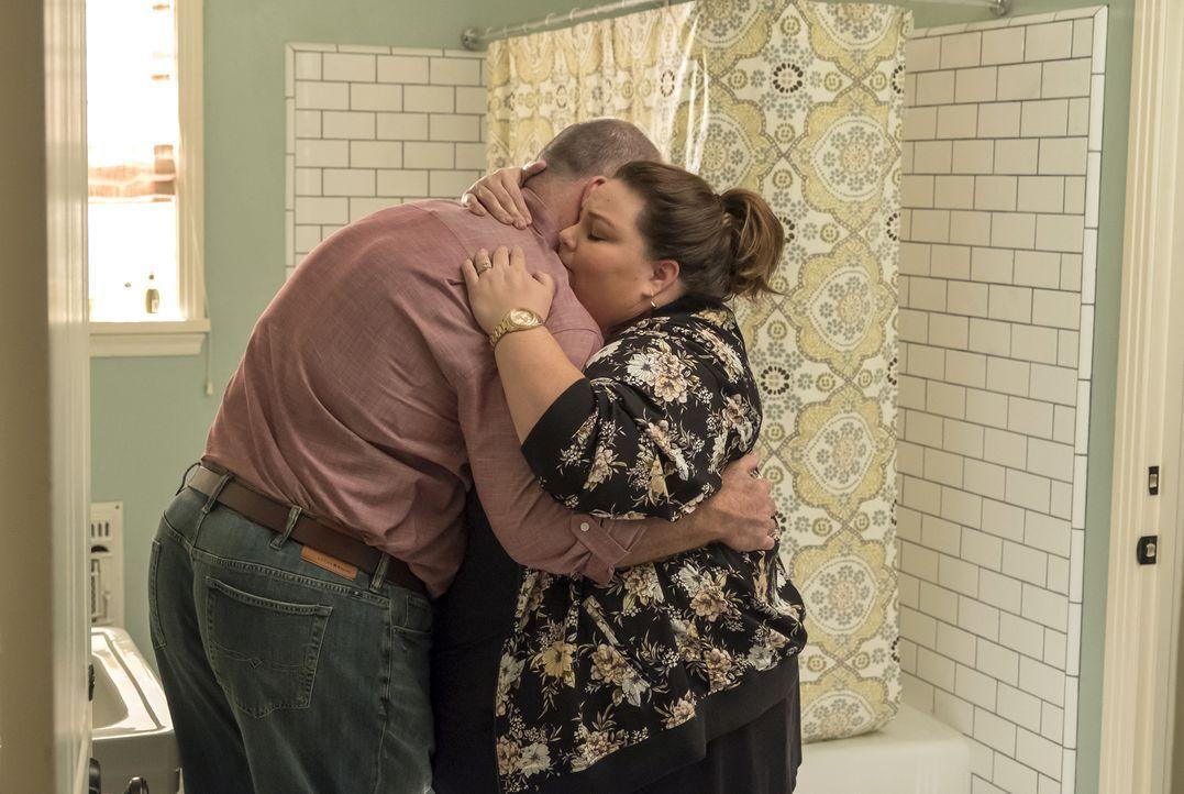 (v.l.n.r.) Toby Damon (Chris Sullivan); Kate Pearson (Chrissy Metz) - Bildquelle: Ron Batzdorff 2017-2018 NBCUniversal Media, LLC.  All rights reserved./Ron Batzdorff