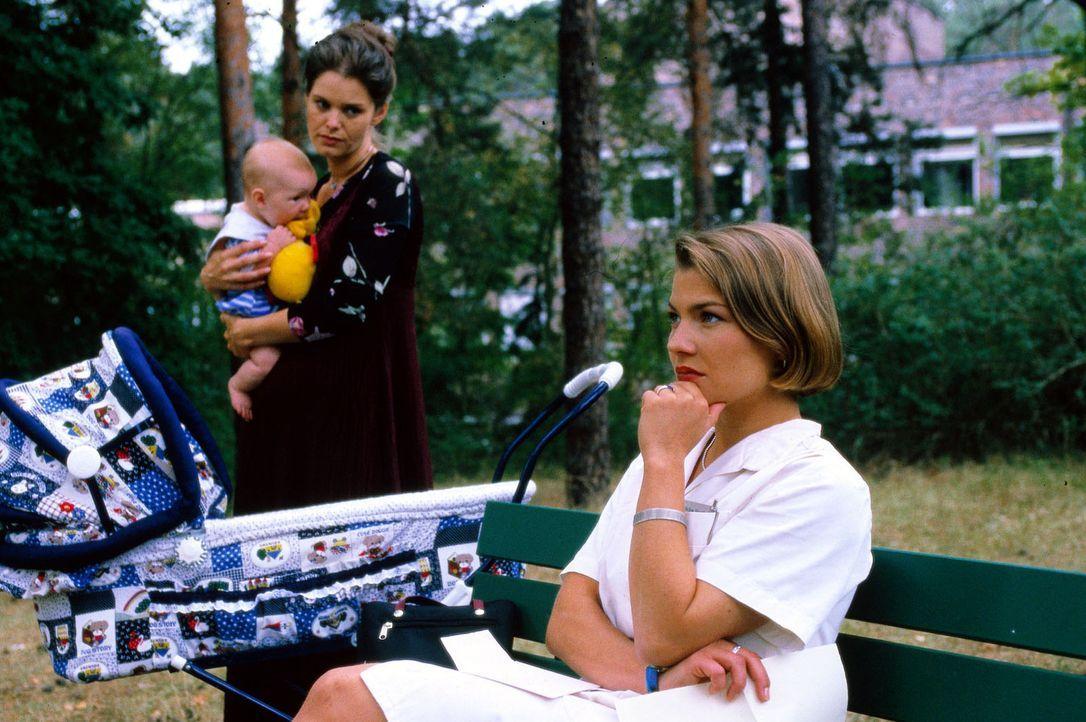 Schwester Stephanie (Claudia Schmutzler, r.) und das Kindermädchen Elena Sommer (Brigitte Jaufenthaler, l.) machen sich Gedanken, wie sie dem Journ... - Bildquelle: Noreen Flynn Sat.1