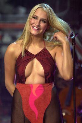 Und das berühmt durchsichtige Kleid... - Bildquelle: dpa