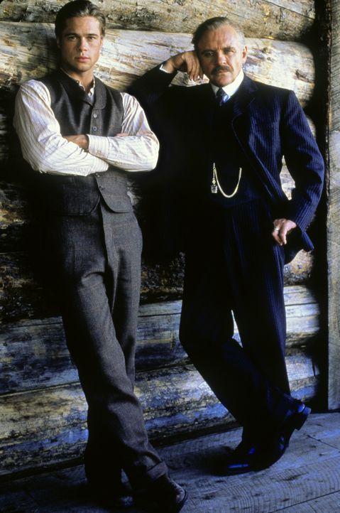 Auch wenn er der draufgängerischste der Ludlow-Brüder ist, William (Anthony Hopkins, r.) steht immerzu hinter seinem Sohn Tristan (Brad Pitt, l.)... - Bildquelle: TriStar Pictures