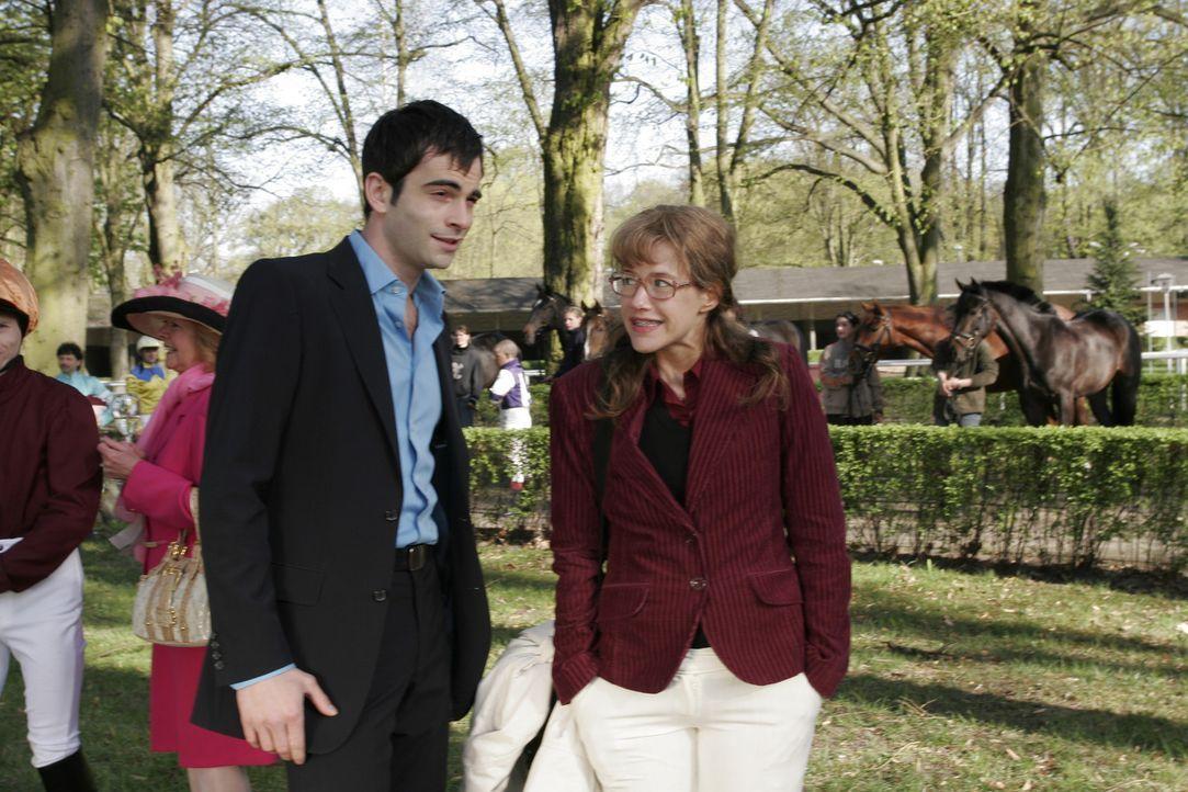 Lisa (Alexandra Neldel, r.) wird überraschend von David (Mathis Künzler, l.) zu Friedrichs Cocktail-Soirée eingeladen. (Dieses Foto von Alexandra... - Bildquelle: Sat.1