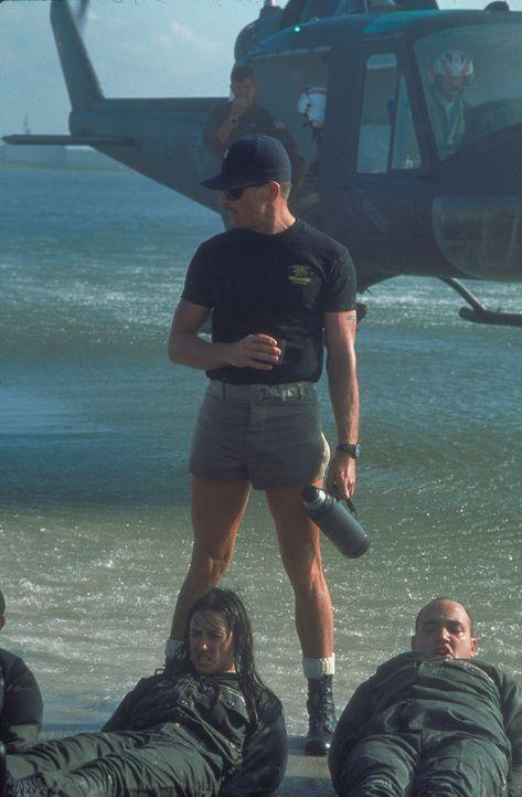 O'Neils (Demi Moore, unten l.) Ausbilder, Master Chief Urgayle (Viggo Mortensen, oben), lässt keine Gelegenheit aus, sie verbal und körperlich zu tr... - Bildquelle: Buena Vista International