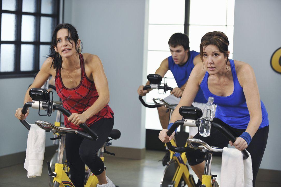So anstrengend hatten sich Jules (Courteney Cox, l.) und Ellie (Christa Miller, r.) das Spinning nicht vorgestellt ... - Bildquelle: 2009 ABC INC.