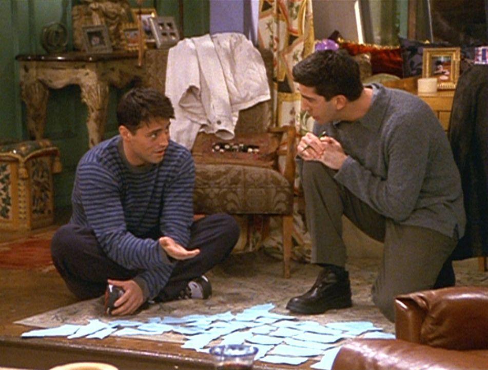 Joey (Matt LeBlanc, l.) und Ross (David Schwimmer, r.) versuchen, alle Bundesstaaten der USA zu Papier zu bringen. Das allerdings ist nicht ganz ein... - Bildquelle: TM+  2000 WARNER BROS.