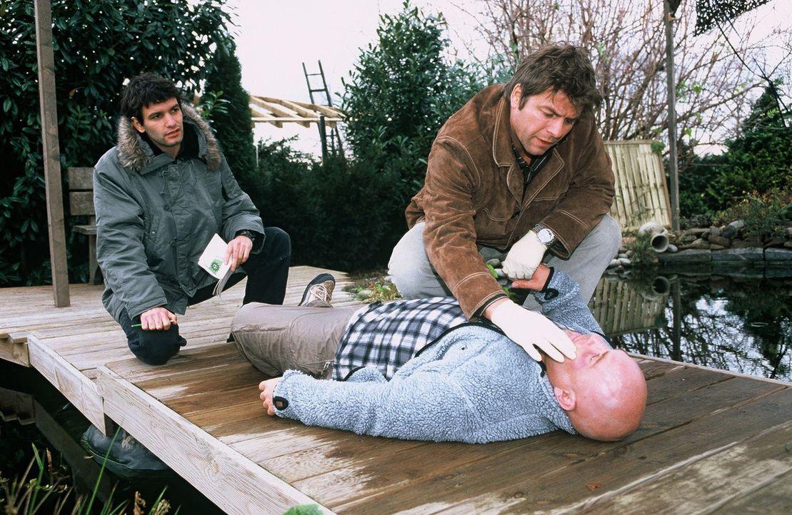 Jupp (Uwe Fellensiek, r.) und Gino (Luca Zamperoni, l.) untersuchen den toten Mitgudsch (Ingo Becker). - Bildquelle: Münstermann Sat.1