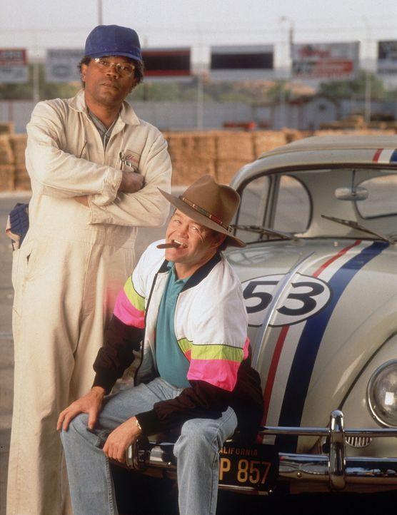 Chuck (Clarence Williams, l.) und Donny (Micky Dolenz, r.) sind sich über Herbies Qualitäten nicht einig ... - Bildquelle: WALT DISNEY COMPANY