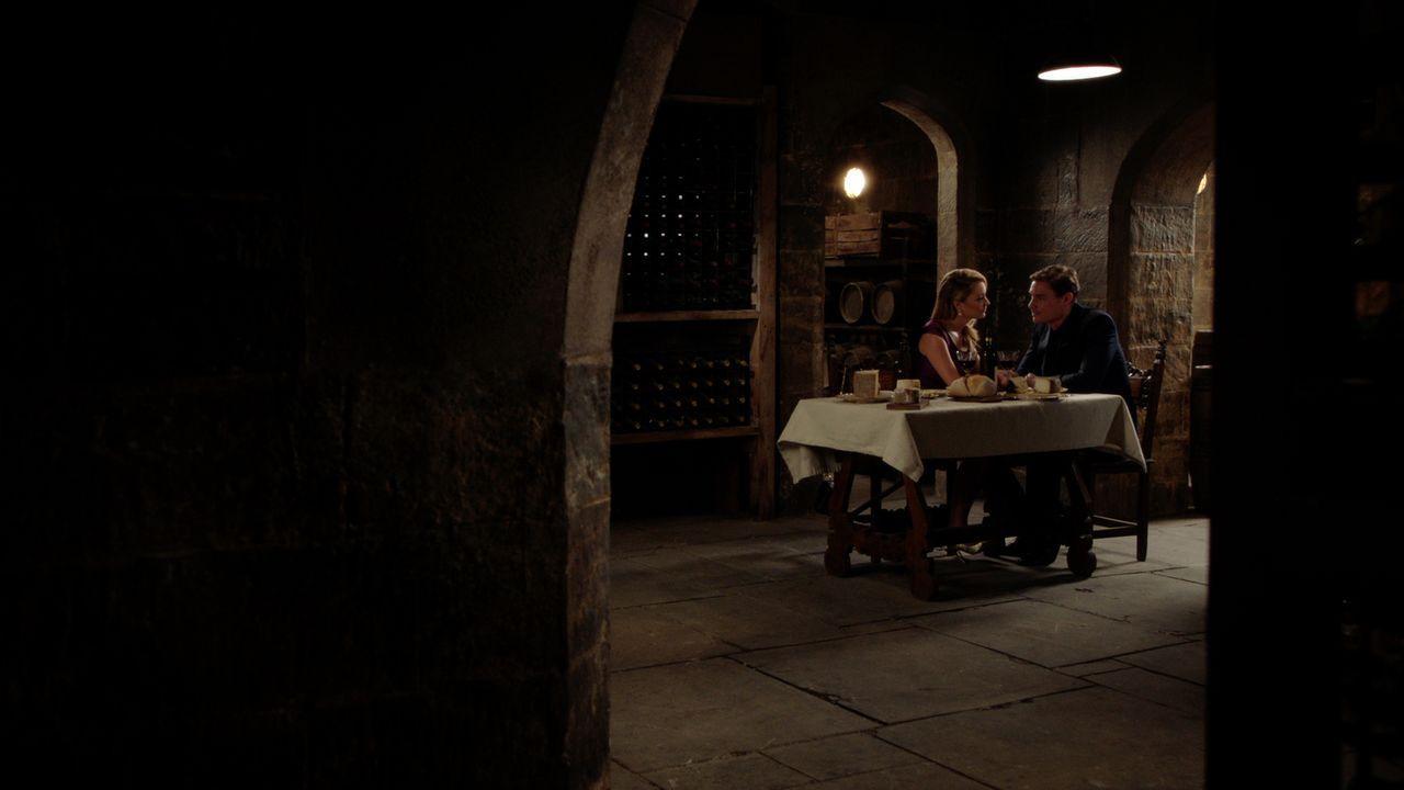 Während Kathryn (Christina Wolfe, l.) und Robert (Max Brown, r.) einen ganz besonderen Moment erleben, beginnt Cyrus einen Plan auszuarbeiten, um di... - Bildquelle: 2016 E! Entertainment Television, LLC