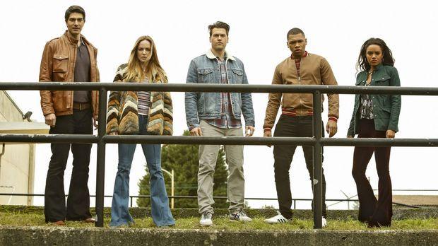 Ein großes Zeitbeben bringt (v.l.n.r.) Ray (Brandon Routh), Sara (Caity Lotz)...