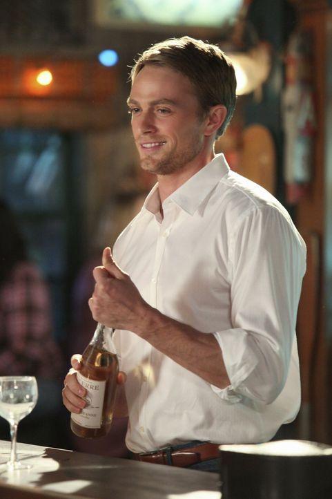 Die gute Laune von Zoe lässt Wade (Wilson Bethel) verzweifeln und erweckt bei ihm neuen Tatendrang. - Bildquelle: Warner Bros.