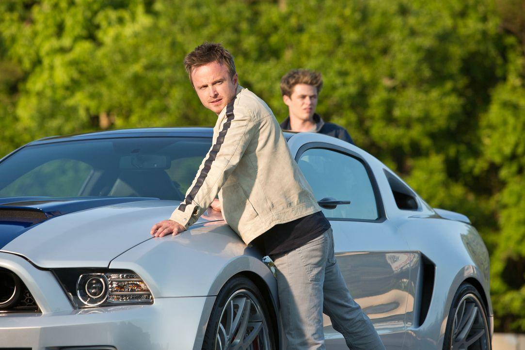 Tobey Marshall (Aaron Paul, l.) und sein Kumpel Pete (Harrison Gilbertson, r.) lassen sich auf ein illegales Rennen mit dem skrupellosen Dino ein. E... - Bildquelle: 2014 Constantin Film Verleih GmbH.