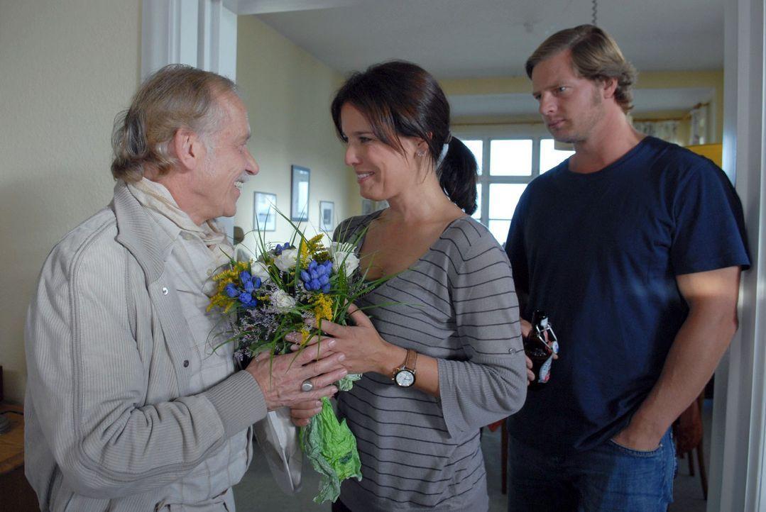 Dirk Petersen (Tilo Prückner, l.) kommt mit einem Blumenstrauß bei Jana (Désirée Nosbusch, M.) vorbei, um sie auf der Insel zu begrüßen. Eike (Henni... - Bildquelle: Susanne Dittmann Sat.1