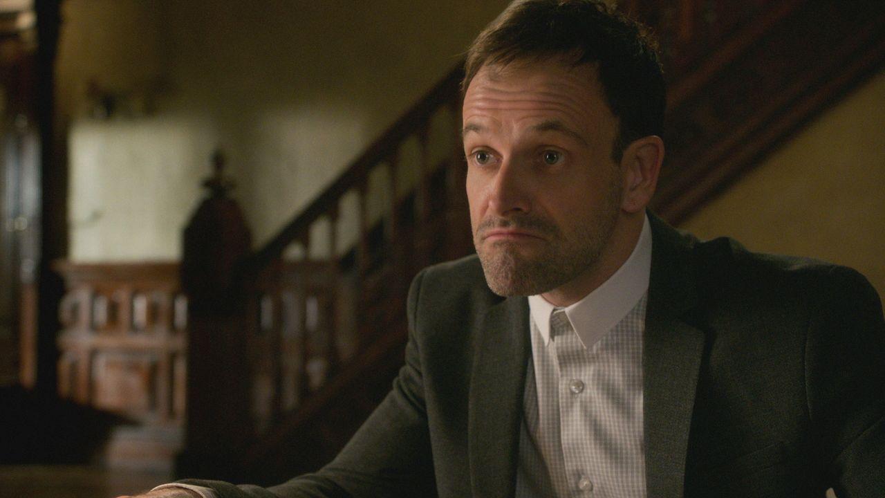 Sherlock Holmes (Jonny Lee Miller) beschäftigt sich auch noch mit dem Anschlag auf seinen Vater. Doch ist er dabei wirklich auf der richtigen Fährte... - Bildquelle: 2016 CBS Broadcasting Inc. All Rights Reserved.