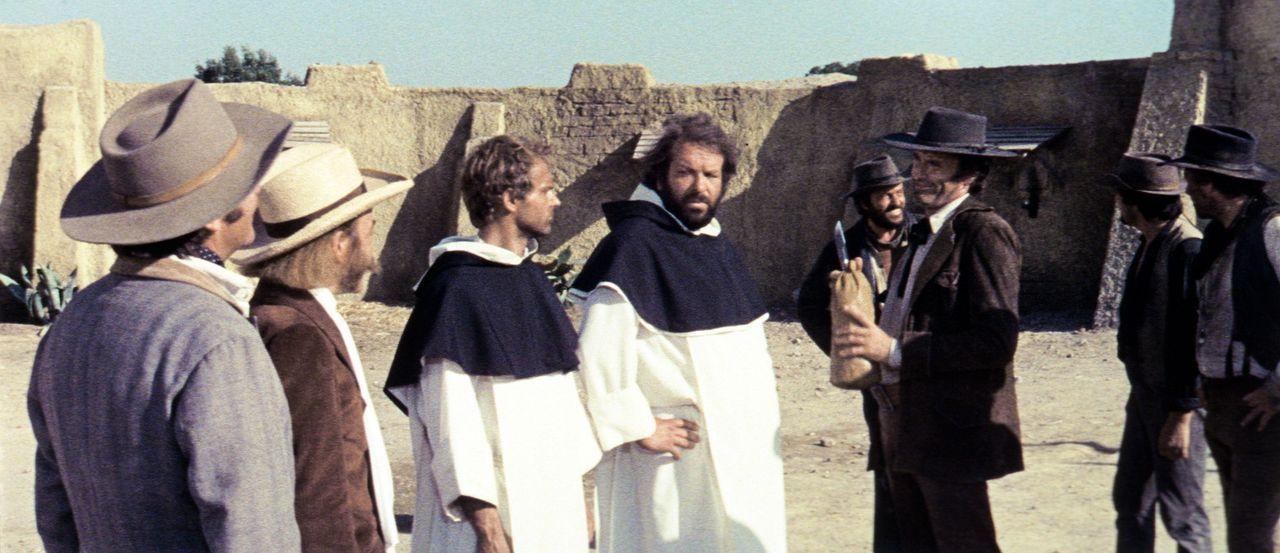 Als Mönche getarnt, versuchen die beiden Schurken der 'Kleine' (Bud Spencer, 5.v.r.) und der 'müde Joe' (Terence Hill, 3.v.l.), ihrer 'Pflicht' na... - Bildquelle: AVCO Embassy Pictures