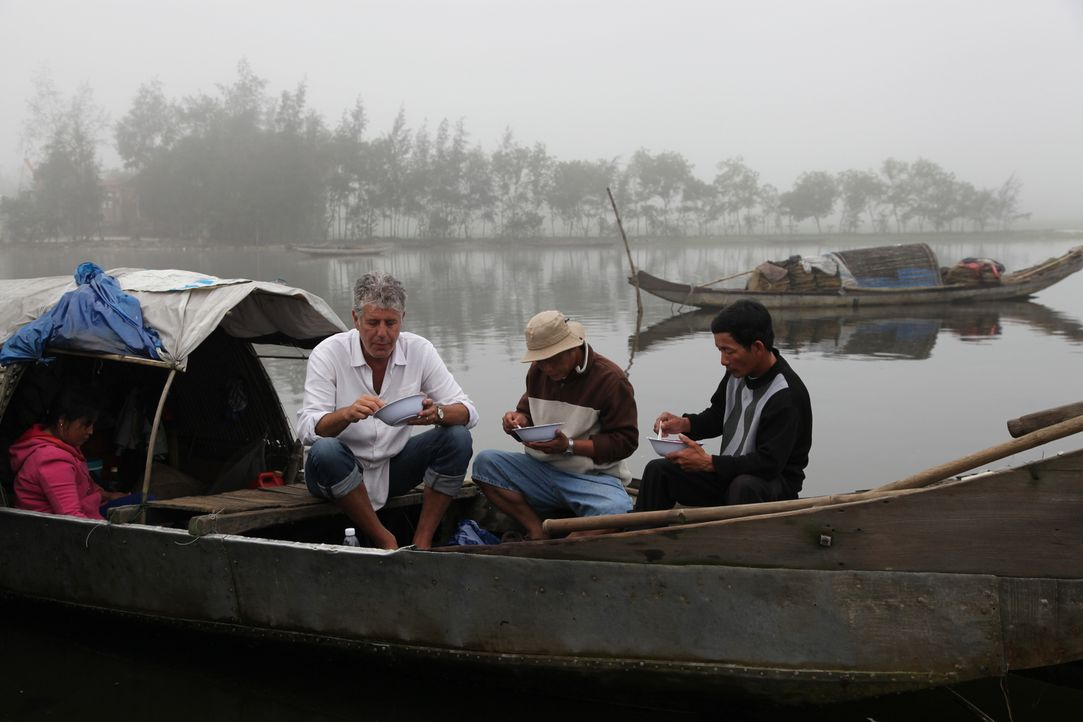 Auf seiner kulinarischen Reise um den Globus erkundet Anthony Bourdain (l.) Zentral-Vietnam - Bildquelle: 2014 Cable News Network, Inc. A TimeWarner Company All rights reserved