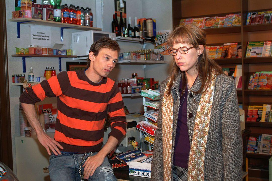 Noch völlig geschafft von ihrer Liebeserklärung, kommt Lisa (Alexandra Neldel, r.) in Jürgens (Oliver Bokern, l.) Kiosk an. (Dieses Foto von Alexand... - Bildquelle: Monika Schürle Sat.1