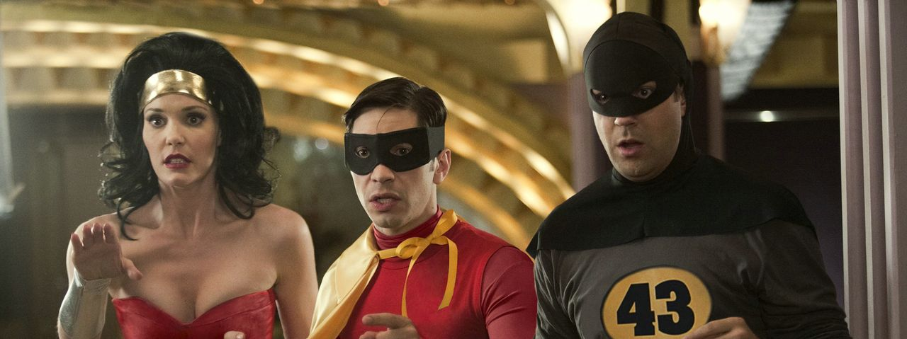Wer hätte gedacht, dass das Speed Dating zwischen Robin (Justin Long, M.) und Supergirl in einem Kampf um das Schicksal der Stadt endet? Batman (Jas... - Bildquelle: Constantin Film Verleih GmbH