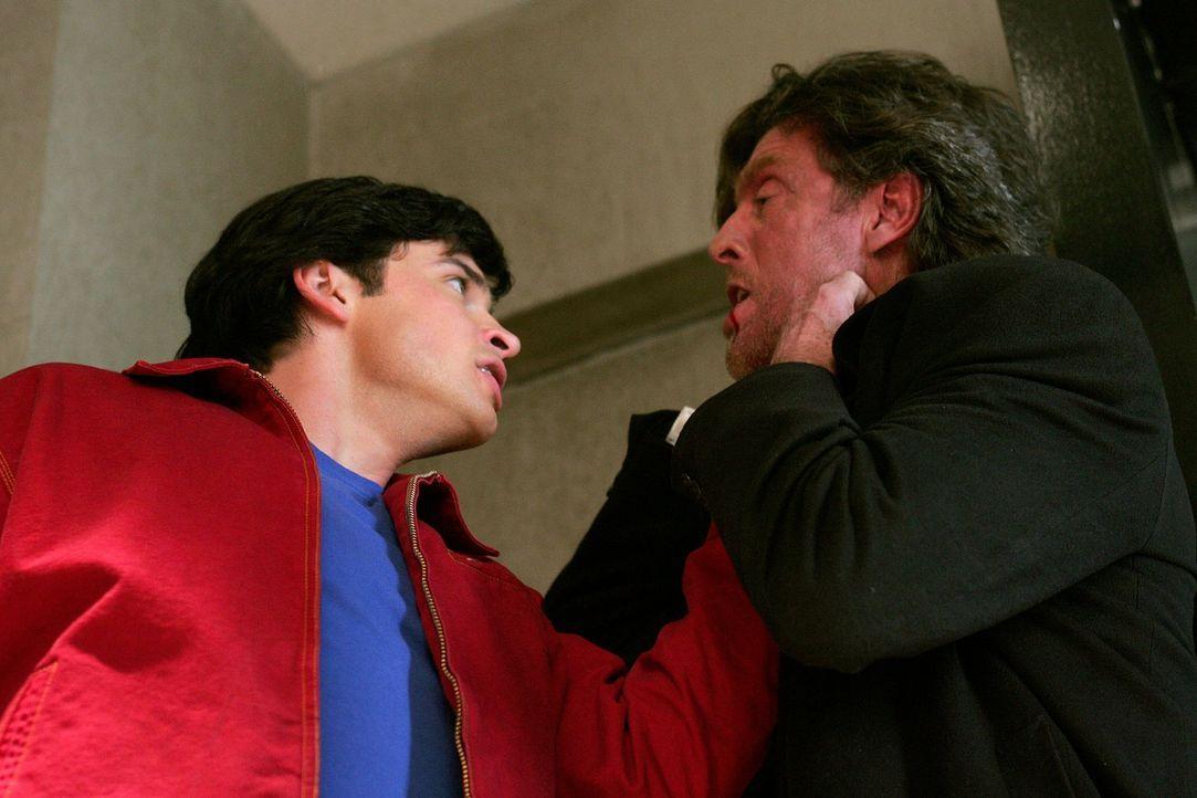 Jetzt geht es Lex' Vater an den Kragen. Clark (Tom Welling, l.) jagd Lionel (John Grover, r.), nachdem er erfahren hat, dass er Lana zur Hochzeit ge... - Bildquelle: Warner Bros.