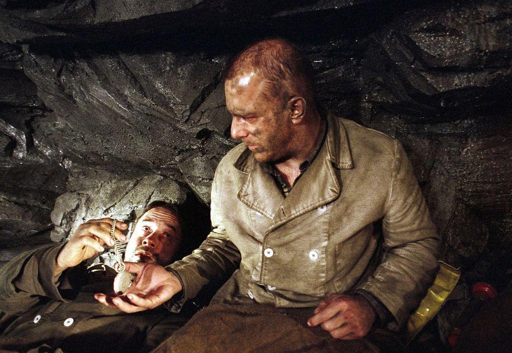 Bruno (Jan Josef Liefers, l.) geht es immer schlechter. Er gibt Franz (Heino Ferch, r.) seine Uhr. - Bildquelle: Gordon Mühle Sat.1