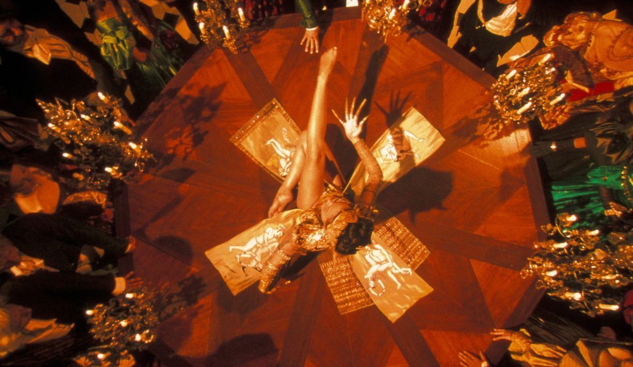Die erotische Tänzerin Préah (Inés Sastre) hilft Etienne bei der Suche nach Vidocqs Mörder ... - Bildquelle: Studio Canal