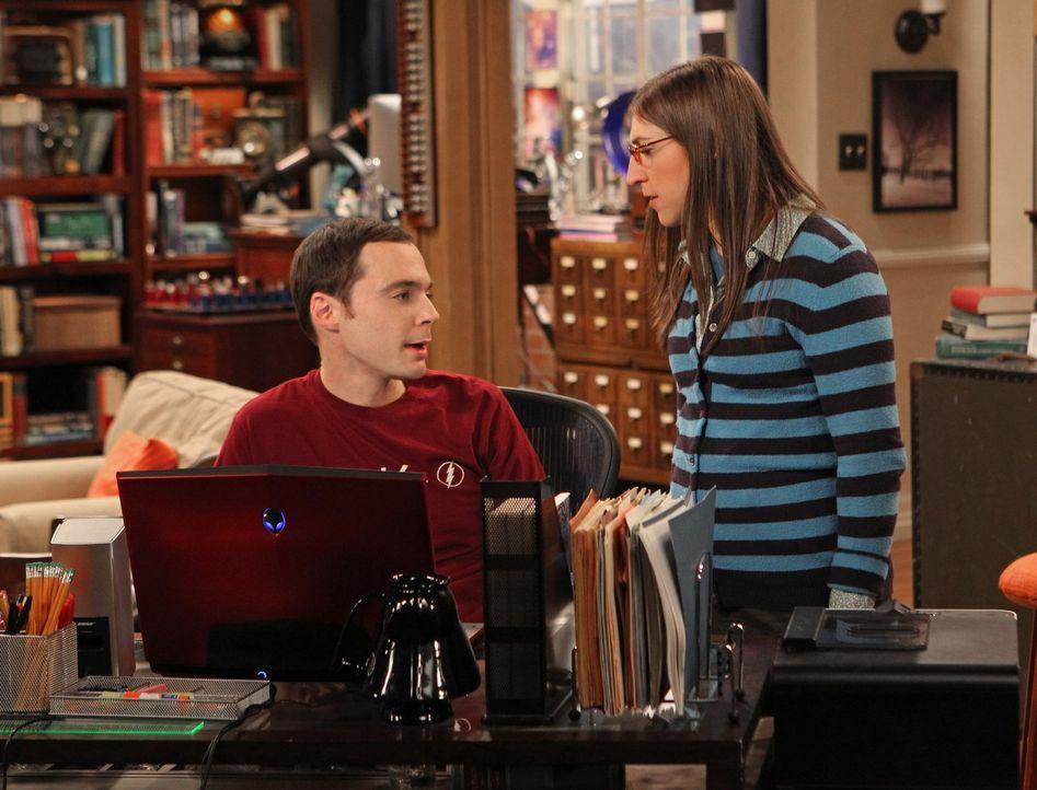 Amy (Mayim Bialik, r.) versucht, Sheldon (Jim Parsons, l.) davon abzubringen, Dinge immer zwanghaft beenden zu müssen, indem sie viele verschiedene... - Bildquelle: Warner Bros. Television