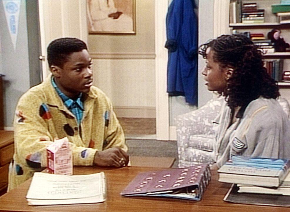 Theo (Malcolm-Jamal Warner, l.) warnt seine Schwester Vanessa (Tempsett Bledsoe, r.) vor dem berüchtigten Casanova Lyle ... - Bildquelle: Viacom