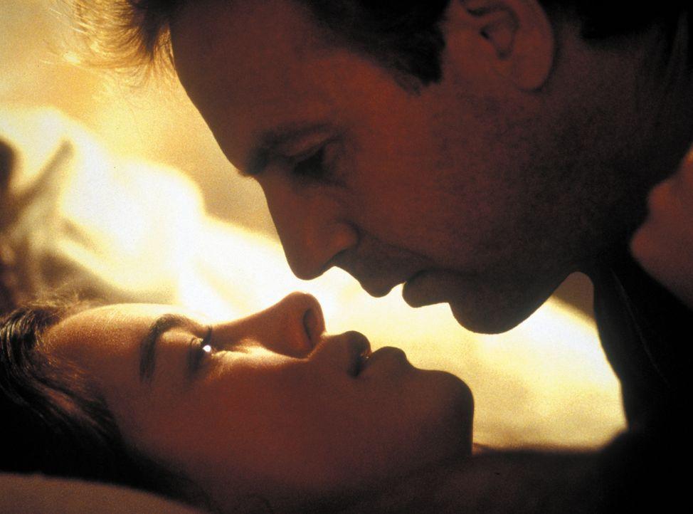Da ihr Mann unfruchtbar ist, bittet Abby (Olivia Williams, l.) den Postman (Kevin Costner, r.) um eine Leihvaterschaft. Sie hofft, unkompliziert an... - Bildquelle: Warner Bros. Pictures