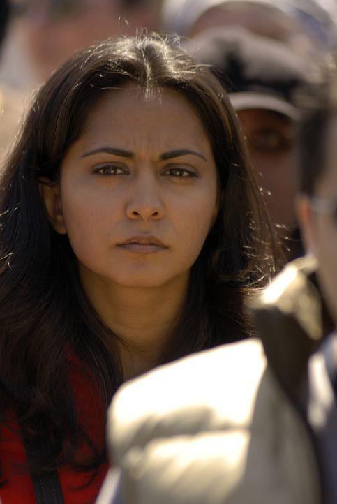 Total abwesend mischt sich Neela (Parminder Nagra), nachdem sie bei Ray im Krankenhaus war, unter eine Vielzahl von Anti-Kriegs Demonstranten ... - Bildquelle: Warner Bros. Television
