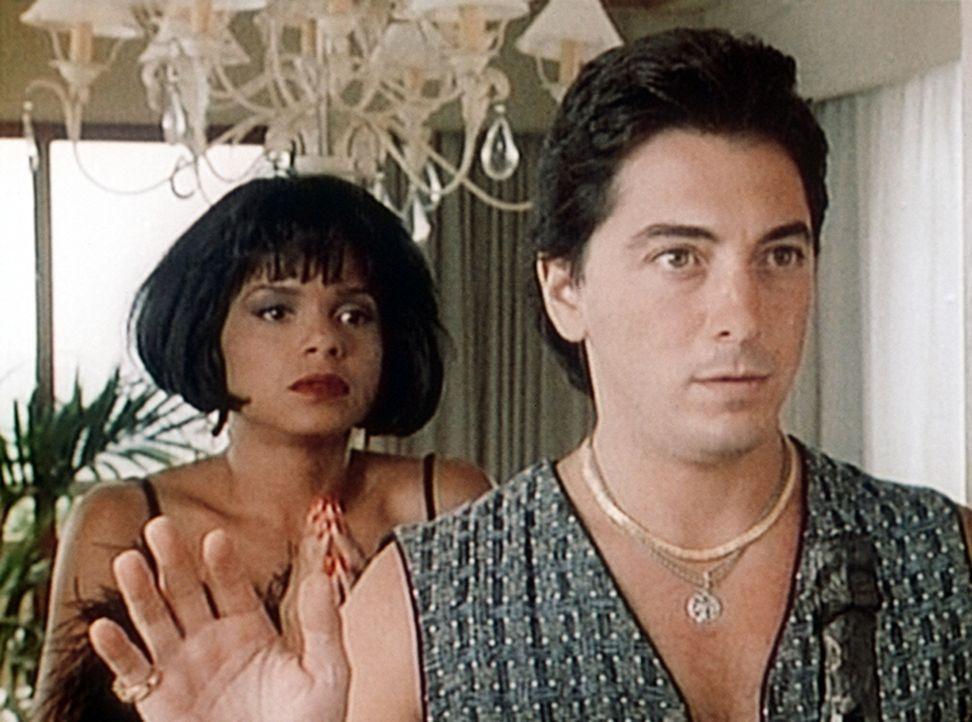 Amanda (Victoria Rowell, l.) und Jack (Scott Baio, r.) werden von einem Einbrecher bedroht. - Bildquelle: Viacom