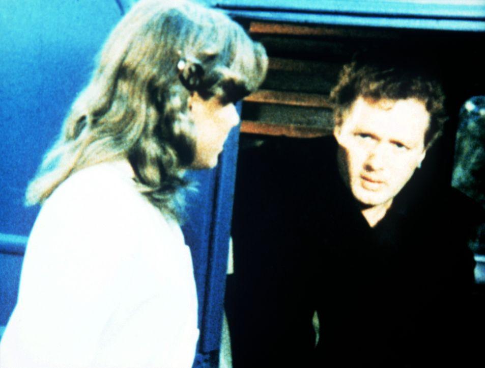 Mary Ellen (Judy Norton-Taylor, l.) weiß als Krankenschwester, dass es Mike Paxton (Dennis Redfield, r.) gelingen muss, sein Selbstmitleid abzulegen... - Bildquelle: WARNER BROS. INTERNATIONAL TELEVISION
