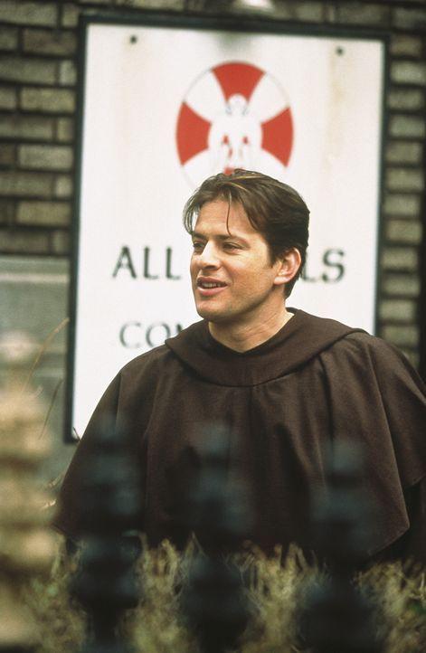 Der gut aussehenden Franziskanermönch (Costas Mandylor, l.) weiß nicht, wie ihm geschieht, als die attraktive Sam vor seiner Türe steht ... - Bildquelle: Paramount Pictures