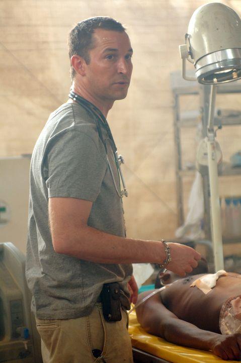 Ein täglicher Kampf, in dem es nur um eines geht: ums Überleben. Carter (Noah Wyle, l.) gibt Alles, um die Menschen in Darfur zu retten ... - Bildquelle: Warner Bros. Television