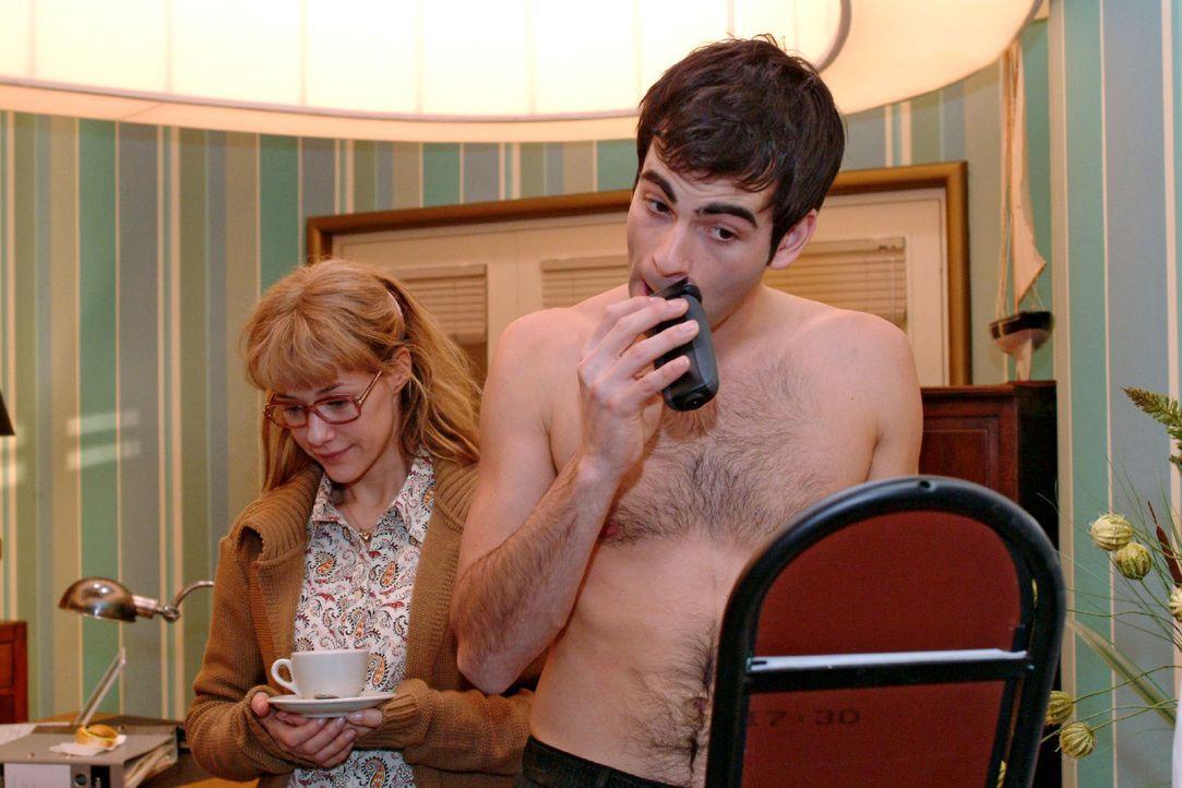 Lisa (Alexandra Neldel, l.) ist sehr verlegen, als sie David (Mathis Künzler, r.) ohne Hemd beim Rasieren im Büro antrifft. Schüchtern versucht s... - Bildquelle: Sat.1
