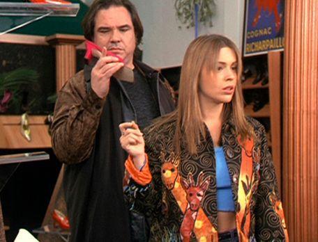 Charmed - Zauberhafte Hexen - Phoebe (Alyssa Milano, r.) bemerkt nicht, in we...
