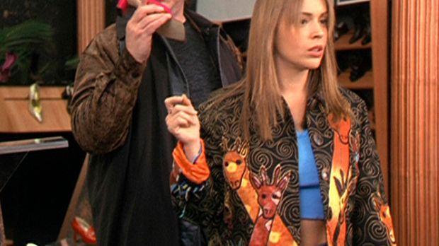 Phoebe (Alyssa Milano, r.) bemerkt nicht, in welch gefährlichen Situation sie...