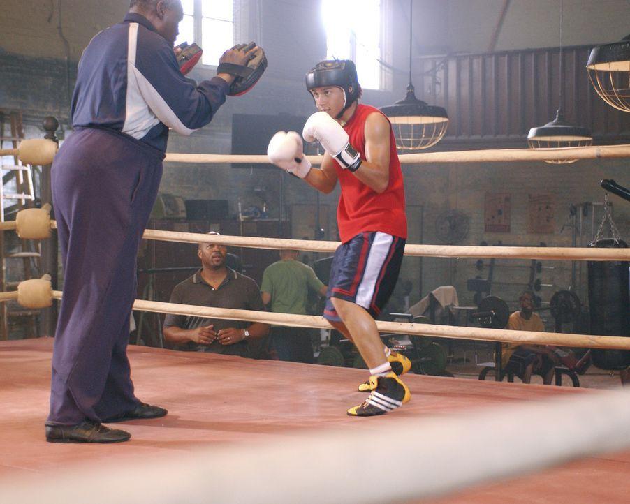 """Izzy Daniels (Corbin Bleu, r.) stammt aus einer Boxer-Familie und ist in der 13. Generation nun der Nächste in der Ahnenreihe, der die """"Goldenen Ha... - Bildquelle: Buena Vista International Television"""