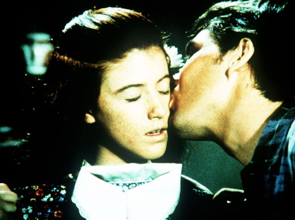 Andrew March (Sean T. Roche, r.), der neue Reverend von Waltons Mountain, gibt Elizabeth Walton (Kami Cotler, l.) einen freundschaftlichen Kuss, der... - Bildquelle: WARNER BROS. INTERNATIONAL TELEVISION