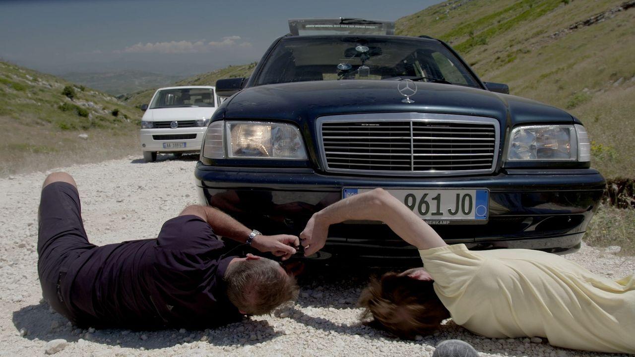 Tom Waes (l.) begibt sich auf einen Roadtrip albanischer Art, in einem gebrauchten Mercedes, dem lokalen Statussymbol. Eine holprige Reise beginnt,... - Bildquelle: 2013 deMENSEN