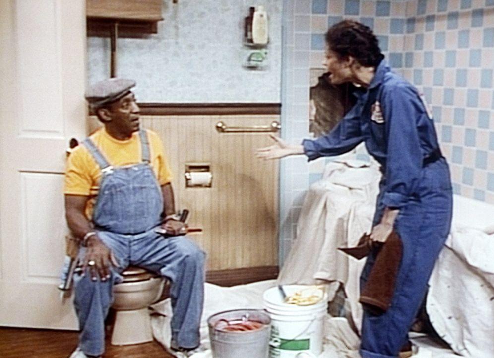 Cliff (Bill Cosby, l.) kann nicht verstehen, dass Jennifer (Erica Gimpel, r.) ihr Psychologie-Studium an den Nagel gehängt hat, um als Klempner zu... - Bildquelle: Viacom