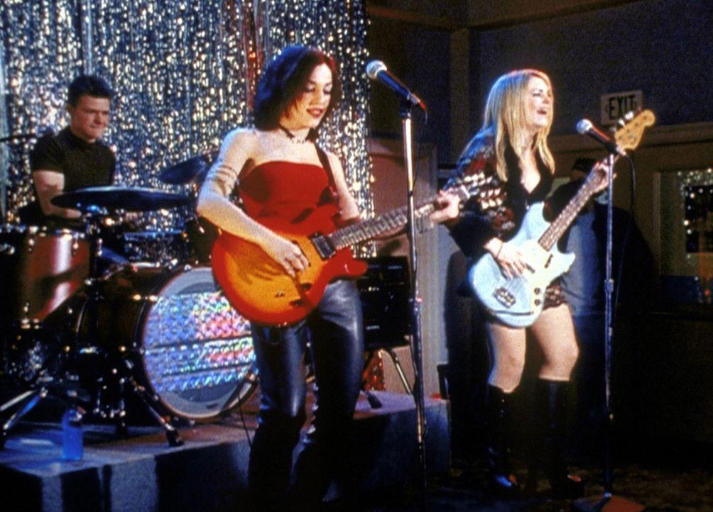 Durch Sabrinas (Melissa Joan Hart, r.) Zaubertrunk wird aus Harvey (Nate Richert, l.), Valerie (Lindsay Sloane, M.) und ihr selbst eine tolle Band ... - Bildquelle: Paramount Pictures