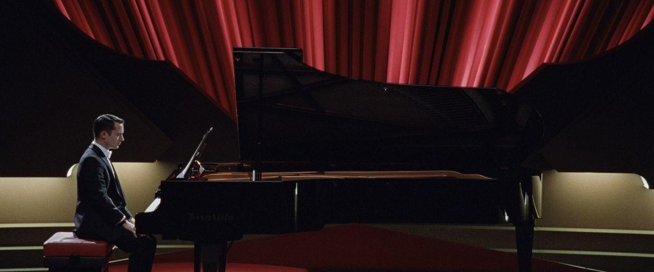 Nach einer fünfjährigen Auszeit kehrt der ehemalige Starpianist (Elijah Wood) zurück auf die Bühne. Als er jedoch die erste Note spielen will, entde... - Bildquelle: Wild Bunch