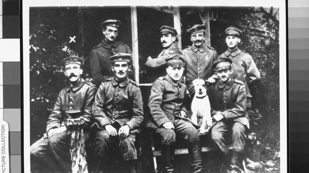 1918 - Adolf Hitler (l.) wird aus dem Militärkrankenhaus entlassen und kehrt...