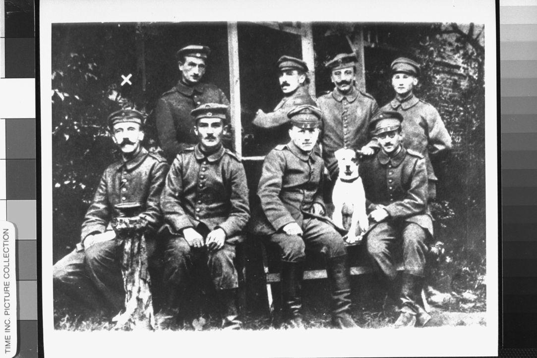 1918 - Adolf Hitler (l.) wird aus dem Militärkrankenhaus entlassen und kehrt in die bayerische Landeshauptstadt München zurück. - Bildquelle: Time Life Pictures Time & Life Pictures/Getty Image