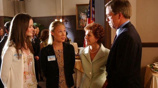 Rory (Alexis Bledel, l.) und Paris (Liza Weil, 2.v.l.) reisen nach Washington...