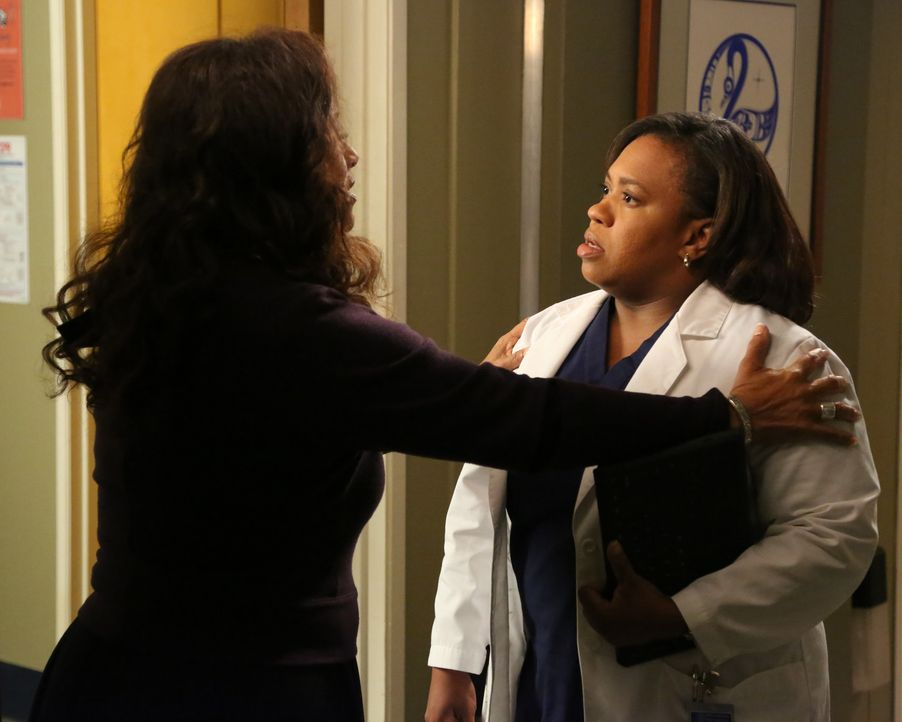 Dr. Webbers Blutwerte sehen nicht gut aus. Eine Operation, bei der Bailey (Chandra Wilson, r.) assistieren wird, soll den Zustand des Chefarztes sta... - Bildquelle: ABC Studios