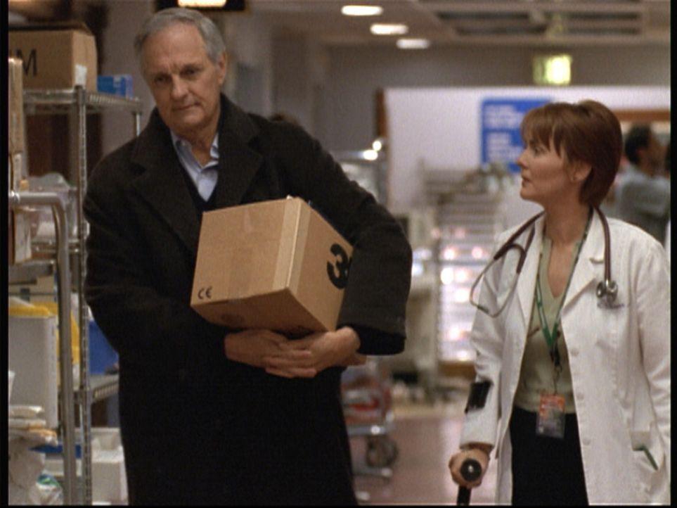 Dr. Weaver (Laura Innes, r.) geht es sehr nahe, dass ihr ehemaliger Professor Dr. Lawrence (Alan Alda, l.) den Dienst quittieren muss. - Bildquelle: TM+  2000 WARNER BROS.