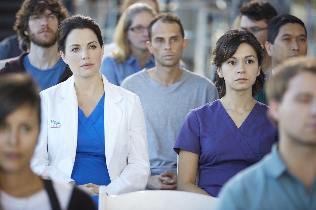 Während Alex (Erica Durance, l.) sich von dem Vortrag eines renommierten Chirurgen angesprochen fühlt, kann Maggie (Julia Taylor Ross, r.) mit dem T... - Bildquelle: Ken Woroner 2014 Hope Zee Three Inc.