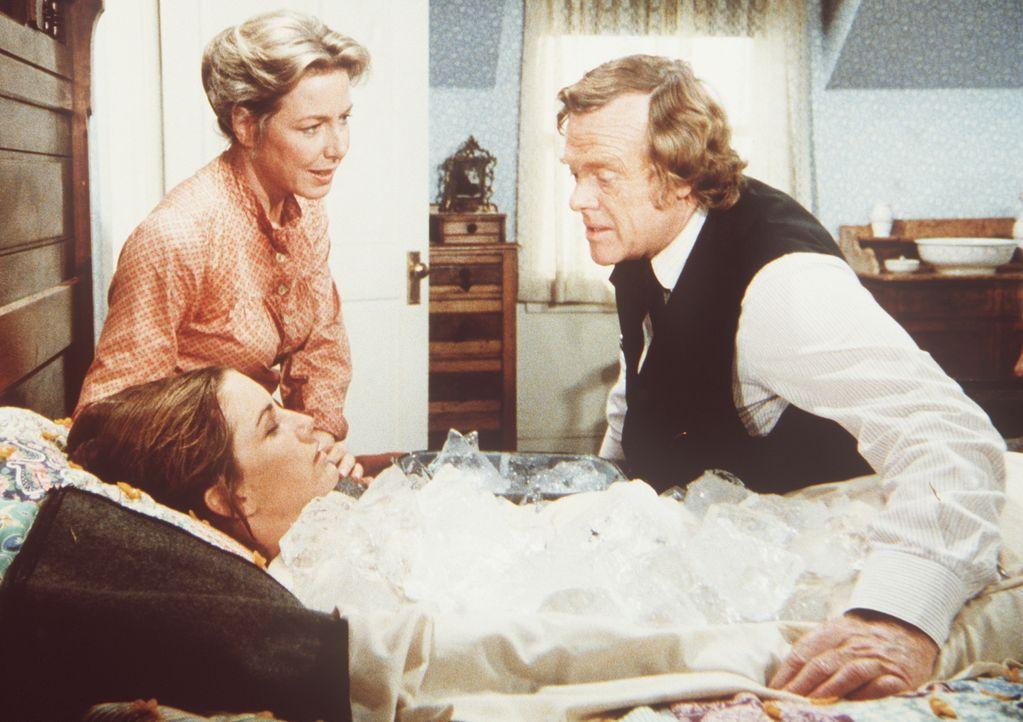 Caroline (Karen Grassle, l.) und Dr. Baker (Kevin Hagen, r.) kümmern sich um Laura (Melissa Gilbert, liegend), die nach einem Hitzschlag völlig ersc... - Bildquelle: Worldvision